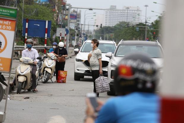 Chùm ảnh: Người dân mang đồ ăn, lương thực tiếp tế cho người nhà sau khi bệnh viện Bạch Mai nội bất xuất, ngoại bất nhập - Ảnh 5.