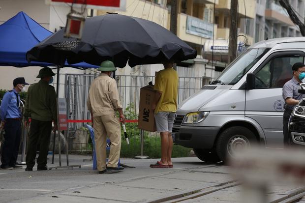 Chùm ảnh: Người dân mang đồ ăn, lương thực tiếp tế cho người nhà sau khi bệnh viện Bạch Mai nội bất xuất, ngoại bất nhập - Ảnh 8.
