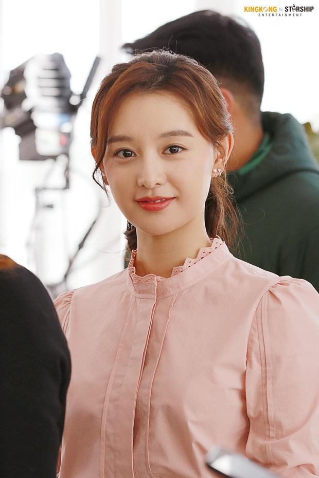 Nữ thần Hậu duệ mặt trời Kim Ji Won gây xôn xao ga tàu xứ Hàn, khiến hành khách bật khóc vì lời chia sẻ về Covid-19 - Ảnh 7.