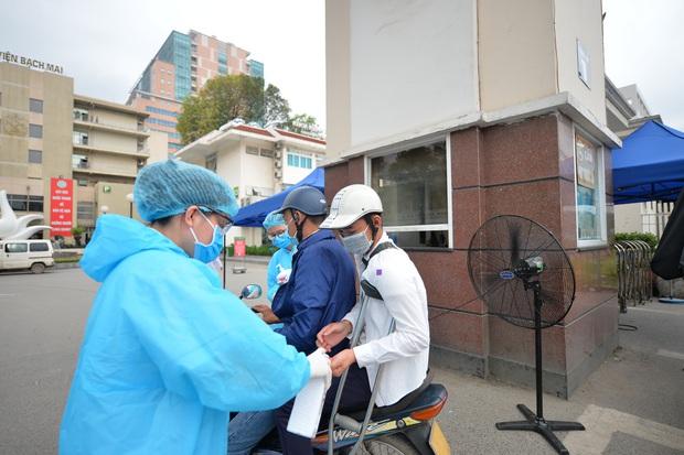 Ảnh: Bệnh viện Bạch Mai nội bất xuất, ngoại bất nhập, bác sĩ mang quần áo tới viện trực chiến chống Covid-19 - Ảnh 4.