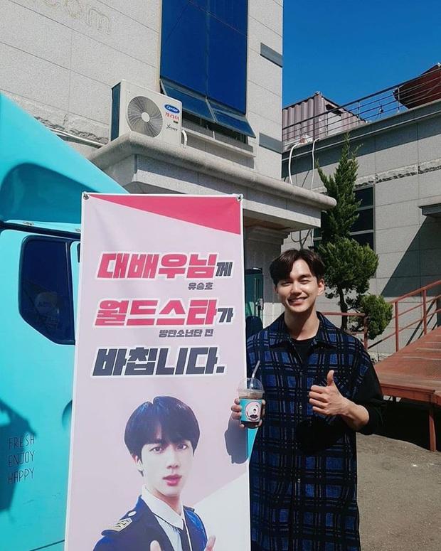 Được siêu sao toàn cầu Jin (BTS) gửi tặng cà phê, siêu diễn viên Yoo Seung Ho biểu cảm hớn hở chưa từng thấy - Ảnh 1.