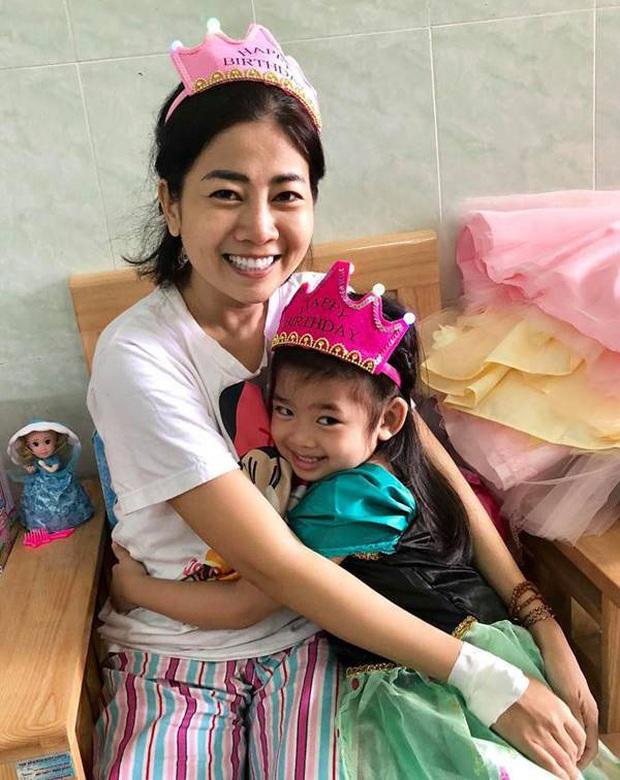 Xót xa hình ảnh con gái cố diễn viên Mai Phương bên linh cữu, ngơ ngác không biết sẽ chẳng còn được ôm mẹ mỗi ngày - Ảnh 4.