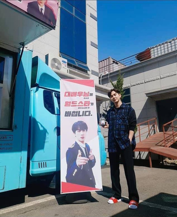 Được siêu sao toàn cầu Jin (BTS) gửi tặng cà phê, siêu diễn viên Yoo Seung Ho biểu cảm hớn hở chưa từng thấy - Ảnh 2.