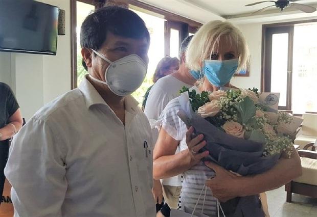 Bức tâm thư chạm tới trái tim từ khu cách ly của nữ du khách Rumani: Tôi đã thấy nụ cười sau tấm khẩu trang! - Ảnh 2.
