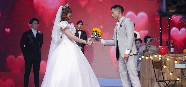 Hé lộ bộ ảnh cưới khiến Cao Xuân Tài mất đi nụ hôn đầu, cô dâu cài làm hình nền nhưng không quên đính chính! - Ảnh 2.