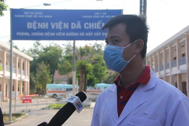 Ảnh: 4 nữ bệnh nhân nhiễm Covid-19 ở TP.HCM xuất viện, gửi lời cảm ơn và dành hết hoa tặng các bác sĩ điều trị - Ảnh 3.