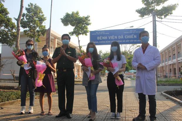 Ảnh: 4 nữ bệnh nhân nhiễm Covid-19 ở TP.HCM xuất viện, gửi lời cảm ơn và dành hết hoa tặng các bác sĩ điều trị - Ảnh 5.