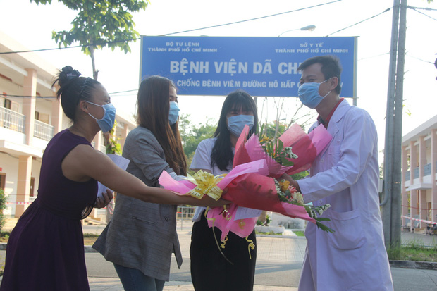 Ảnh: 4 nữ bệnh nhân nhiễm Covid-19 ở TP.HCM xuất viện, gửi lời cảm ơn và dành hết hoa tặng các bác sĩ điều trị - Ảnh 9.