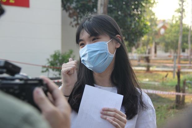 Ảnh: 4 nữ bệnh nhân nhiễm Covid-19 ở TP.HCM xuất viện, gửi lời cảm ơn và dành hết hoa tặng các bác sĩ điều trị - Ảnh 11.