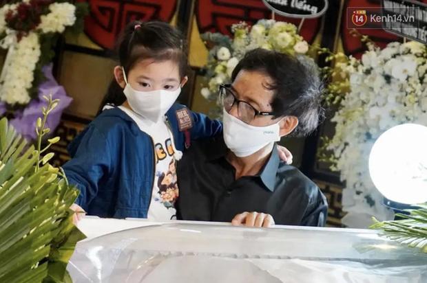 Xót xa hình ảnh con gái cố diễn viên Mai Phương bên linh cữu, ngơ ngác không biết sẽ chẳng còn được ôm mẹ mỗi ngày - Ảnh 2.