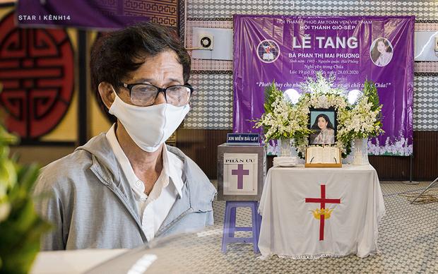 """Ốc Thanh Vân nghẹn ngào tại tang lễ nghệ sĩ Mai Phương: """"Mới hôm trước còn phải ngồi gục suốt, giờ em ấy đã được ngủ rồi"""" - Ảnh 2."""
