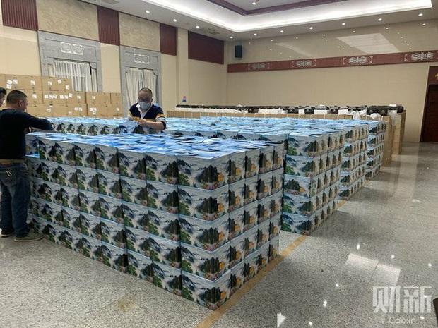 Hàng ngàn bình tro cốt chuyển đến nhà tang lễ Vũ Hán  - Ảnh 1.