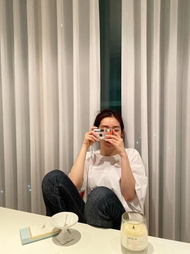 Không cần cầu kỳ cho mệt thân, Irene cứ diện hoài áo phông đơn giản mà vẫn sành điệu khỏi bàn - Ảnh 1.