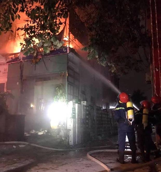 Thấy nhà cùng tài sản bị lửa thiêu rụi, thanh niên leo lên nóc nhà đòi tự tử - Ảnh 2.