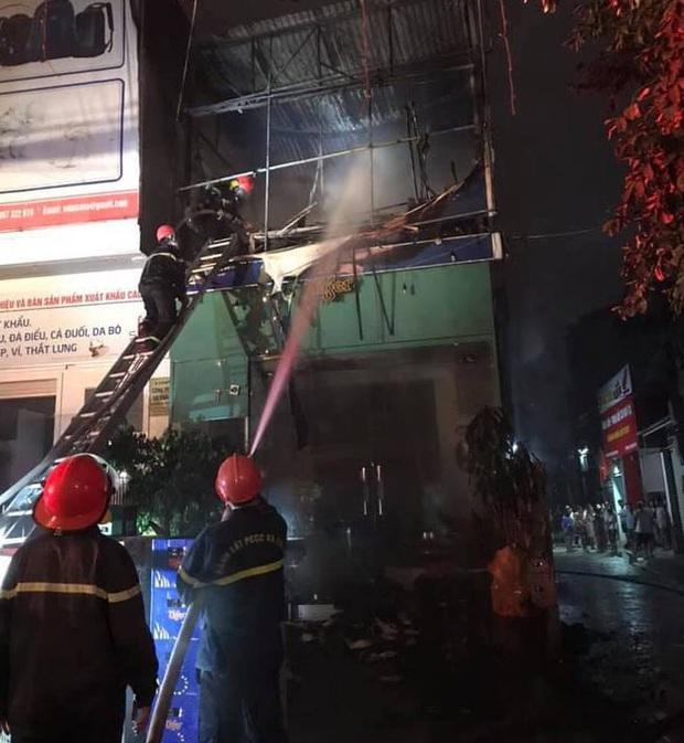 Thấy nhà cùng tài sản bị lửa thiêu rụi, thanh niên leo lên nóc nhà đòi tự tử - Ảnh 3.