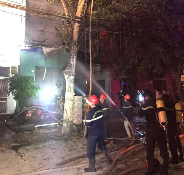 Thấy nhà cùng tài sản bị lửa thiêu rụi, thanh niên leo lên nóc nhà đòi tự tử - Ảnh 7.