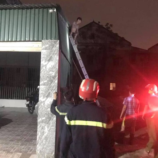 Thấy nhà cùng tài sản bị lửa thiêu rụi, thanh niên leo lên nóc nhà đòi tự tử - Ảnh 9.