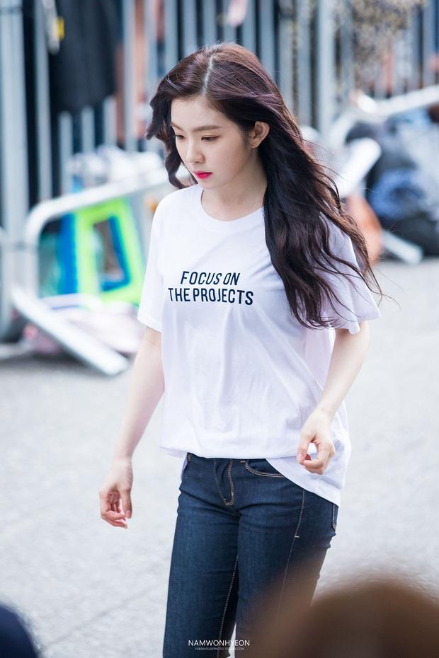 Không cần cầu kỳ cho mệt thân, Irene cứ diện hoài áo phông đơn giản mà vẫn sành điệu khỏi bàn - Ảnh 10.