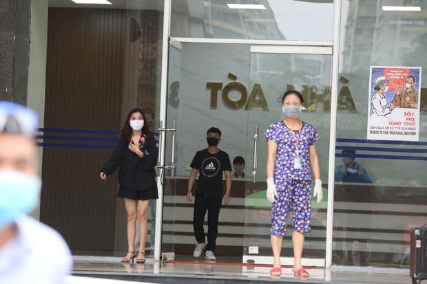 Hà Nội khoanh vùng, khử khuẩn toà nhà 30 tầng ở phố Hoàng Đạo Thuý vì có người nghi nhiễm COVID-19 - Ảnh 6.