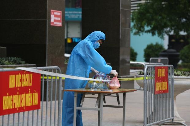 Hà Nội khoanh vùng, khử khuẩn toà nhà 30 tầng ở phố Hoàng Đạo Thuý vì có người nghi nhiễm COVID-19 - Ảnh 5.