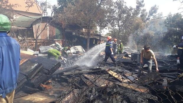 Lâm Đồng: Hỏa hoạn thiêu rụi một xưởng gỗ, một căn nhà có nguy cơ đổ sập vì bị cháy lan - Ảnh 1.