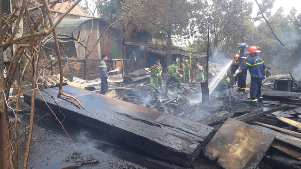 Lâm Đồng: Hỏa hoạn thiêu rụi một xưởng gỗ, một căn nhà có nguy cơ đổ sập vì bị cháy lan - Ảnh 2.