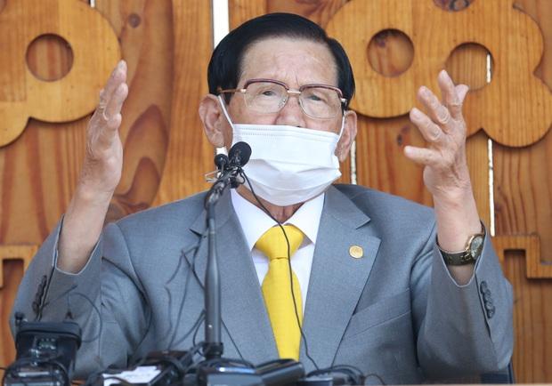 Giáo chủ Tân Thiên Địa Lee Man Hee từ chối xét nghiệm Covid-19 công khai, nói không biết âm tính với virus nghĩa là gì - Ảnh 1.