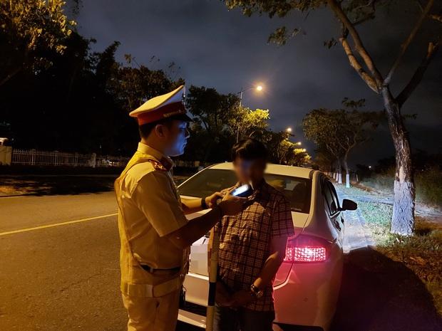 Bị CSGT thổi lại, tài xế ôtô say rượu liền đổi ghế lái để né thổi nồng độ cồn - Ảnh 2.