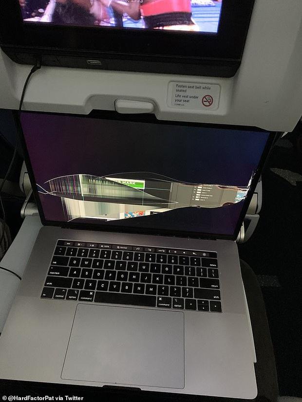 Khách ngồi trước ngả ghế làm vỡ tan màn hình MacBook, thanh niên đăng đàn kể khổ khiến dân mạng nổi lên tranh cãi - Ảnh 2.