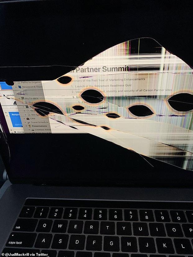 Khách ngồi trước ngả ghế làm vỡ tan màn hình MacBook, thanh niên đăng đàn kể khổ khiến dân mạng nổi lên tranh cãi - Ảnh 3.