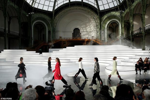 """Sàn catwalk tráng gương dài tận 340 mét của Chanel hoành tráng nhưng không khiến giới mộ điệu """"wow"""" như mùa rồi - Ảnh 1."""