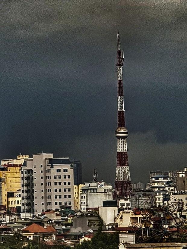 Hà Nội 2h chiều trời tối như ban đêm: Mây đen cuồn cuộn giăng kín bầu trời cùng mưa giông bất chợt khiến người dân phải bật đèn xe di chuyển - Ảnh 2.