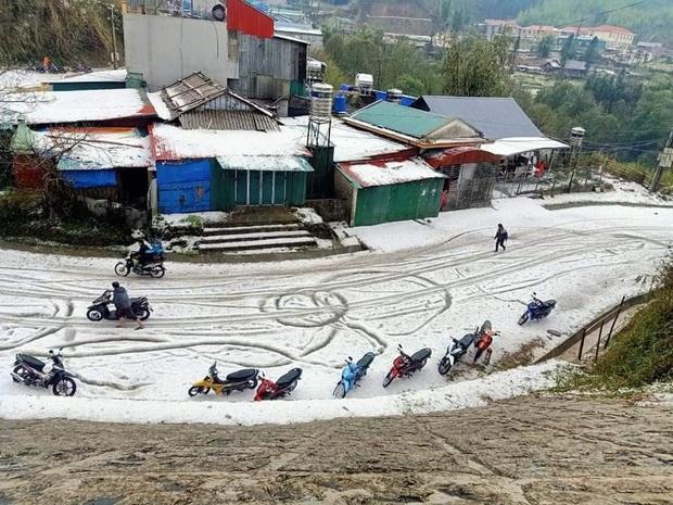 Mưa đá chưa từng thấy ở Lai Châu: Từng hạt to như viên bi, phủ trắng khắp nơi như tuyết - Ảnh 5.