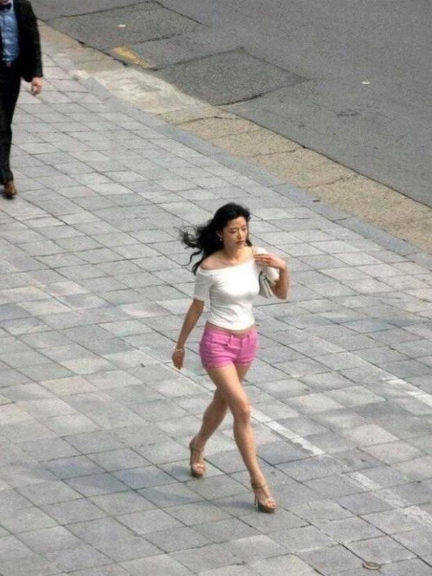 Loạt ảnh chụp vội mợ chảnh Jeon Ji Hyun 20 tuổi đóng quảng cáo giữa đường gây bão MXH: Thảo nào được tôn làm nữ thần! - Ảnh 4.