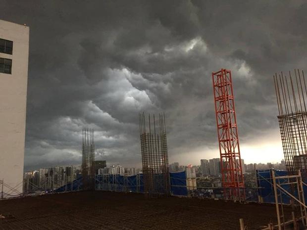 Hà Nội 2h chiều trời tối như ban đêm: Mây đen cuồn cuộn giăng kín bầu trời cùng mưa giông bất chợt khiến người dân phải bật đèn xe di chuyển - Ảnh 3.