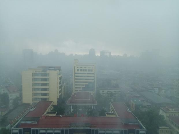 Hà Nội 2h chiều trời tối như ban đêm: Mây đen cuồn cuộn giăng kín bầu trời cùng mưa giông bất chợt khiến người dân phải bật đèn xe di chuyển - Ảnh 5.