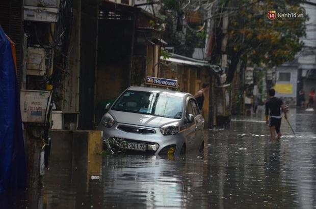 Hà Nội: Nhiều tuyến phố ngập nghiêm trọng, cây xanh bật gốc đổ ngang đường sau cơn mưa như trút nước - Ảnh 10.
