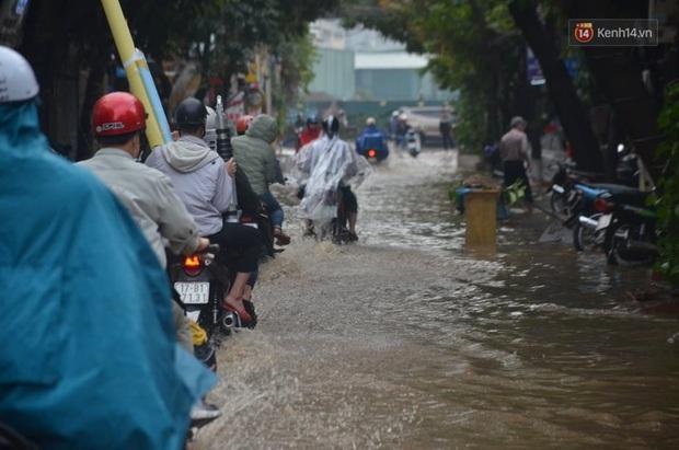 Hà Nội: Nhiều tuyến phố ngập nghiêm trọng, cây xanh bật gốc đổ ngang đường sau cơn mưa như trút nước - Ảnh 11.