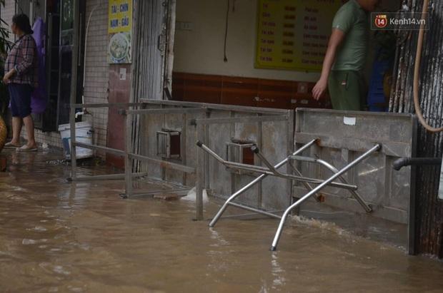 Hà Nội: Nhiều tuyến phố ngập nghiêm trọng, cây xanh bật gốc đổ ngang đường sau cơn mưa như trút nước - Ảnh 8.
