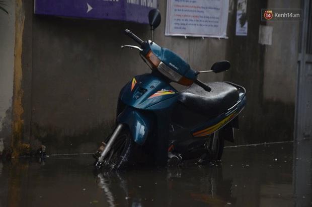 Hà Nội: Nhiều tuyến phố ngập nghiêm trọng, cây xanh bật gốc đổ ngang đường sau cơn mưa như trút nước - Ảnh 9.