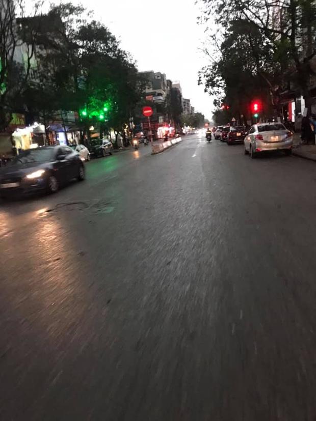 Hà Nội 2h chiều trời tối như ban đêm: Mây đen cuồn cuộn giăng kín bầu trời cùng mưa giông bất chợt khiến người dân phải bật đèn xe di chuyển - Ảnh 11.