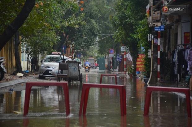 Hà Nội: Nhiều tuyến phố ngập nghiêm trọng, cây xanh bật gốc đổ ngang đường sau cơn mưa như trút nước - Ảnh 7.
