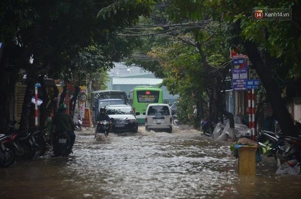 Hà Nội: Nhiều tuyến phố ngập nghiêm trọng, cây xanh bật gốc đổ ngang đường sau cơn mưa như trút nước - Ảnh 1.
