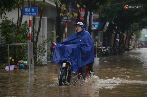 Hà Nội: Nhiều tuyến phố ngập nghiêm trọng, cây xanh bật gốc đổ ngang đường sau cơn mưa như trút nước - Ảnh 4.