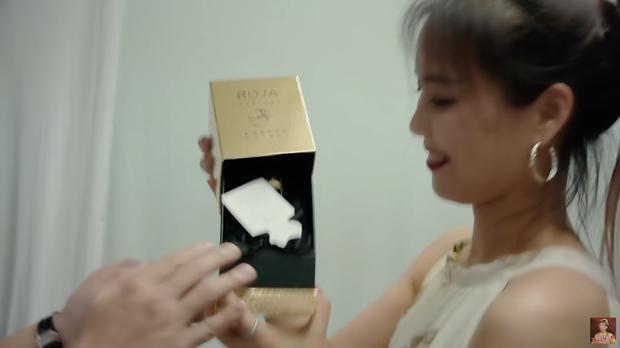 Hari Won tặng stylist khuyên tai Chanel đã là gì, Trấn Thành còn tặng đồng nghiệp nữ vòng cổ 50 triệu khiến vợ phải ghen đây này - Ảnh 7.