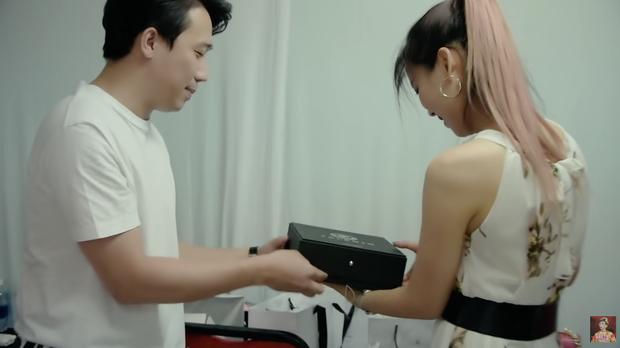Hari Won tặng stylist khuyên tai Chanel đã là gì, Trấn Thành còn tặng đồng nghiệp nữ vòng cổ 50 triệu khiến vợ phải ghen đây này - Ảnh 9.