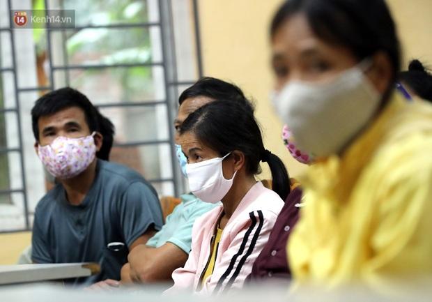 Mỗi người dân ở xã Sơn Lôi nhận 800.000 đồng tiền hỗ trợ sau 21 ngày phong toả - Ảnh 8.