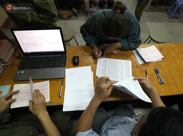 Mỗi người dân ở xã Sơn Lôi nhận 800.000 đồng tiền hỗ trợ sau 21 ngày phong toả - Ảnh 6.