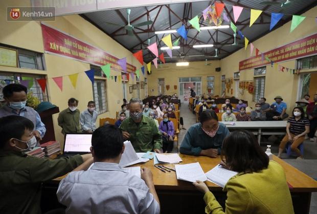 Mỗi người dân ở xã Sơn Lôi nhận 800.000 đồng tiền hỗ trợ sau 21 ngày phong toả - Ảnh 5.