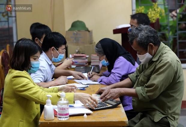 Mỗi người dân ở xã Sơn Lôi nhận 800.000 đồng tiền hỗ trợ sau 21 ngày phong toả - Ảnh 7.